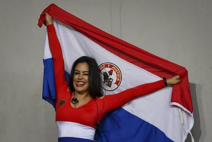 Larissa không ít lần xuất hiện trên khán đài cổ vũ cho ĐT Paraguay tại các giải đấu lớn.