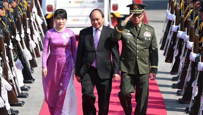 Thủ tướng Nguyễn Xuân Phúc và phu nhân đồng điệu với gam màu tím nhạt