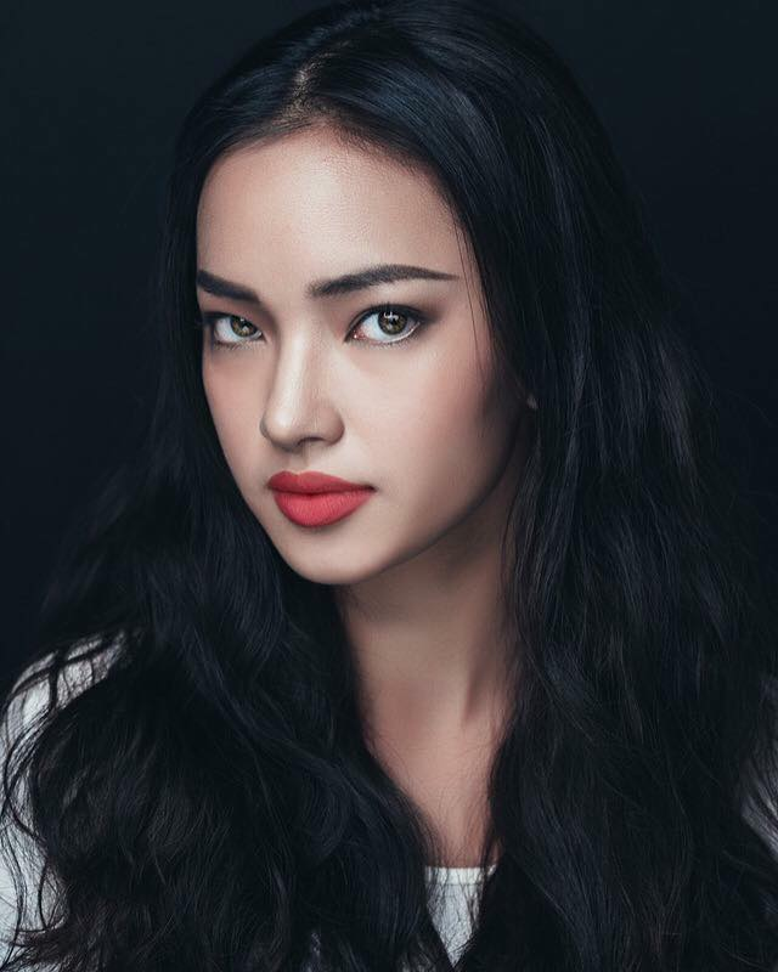 Trở thành một KOL và fashionista của giới trẻ Việt, Châu Bùi với vẻ ngoài xinh đẹp nhưng không kém phần sắc sảo, luôn phải xuất hiện với gương mặt được make up kĩ. Khi trang điểm cô nàng cực kì xinh đẹp với thần thái đỉnh cao.