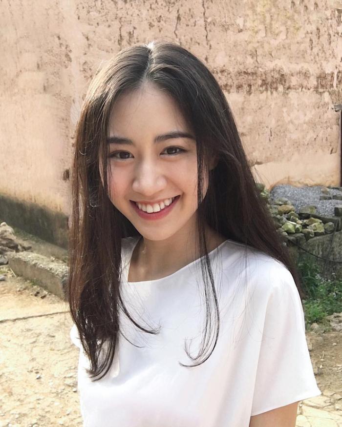 Bề mặt da nhẵn mịn,lông mày lại đậm sẵn nên kể cả khi không trang điểm, Mai Vân Trang vẫn chẳng bị kém sắc. Thậm chí khi không trang điểm cô nàng được cư dân mạng khen đáng yêu và trẻ trung hơn hẳn.