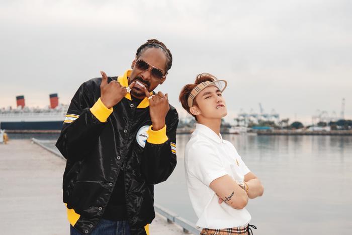 Trong phân cảnh xuất hiện cùng Snoop Dogg, anh chàng chọn cho mình set đồ đến từ nhà mốt Burberry.Sơn Tùng với kiểu quần short in họa tiết monogram của Burberry với giá290 USD(gần 7 triệu đồng).