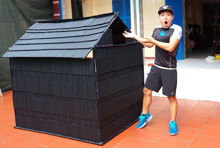 """Nguyễn Thành Nam từng nhận chỉ trích nặng nề khi thực hiện thử thách """"nhà khổng lồ"""" với 5000 ống hút nhựa."""