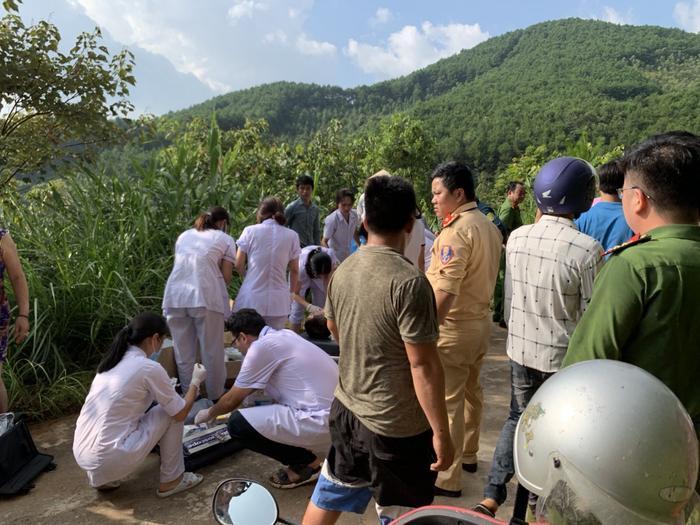 Lực lượng chức năng của tỉnh tiến hành cứu hộ và sơ cấp cứu các nạn nhân. (Ảnh: An toàn giao thông Quảng Ninh).