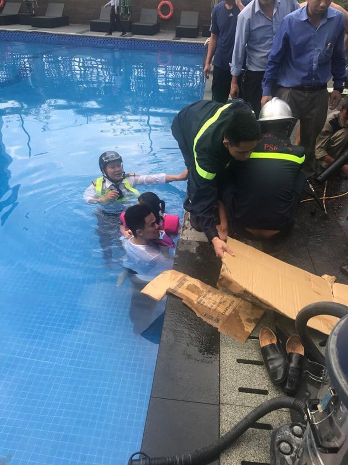 Lực lượng công an tiến hành giải cứu cháu bé bị mắc kẹt cánh tay.