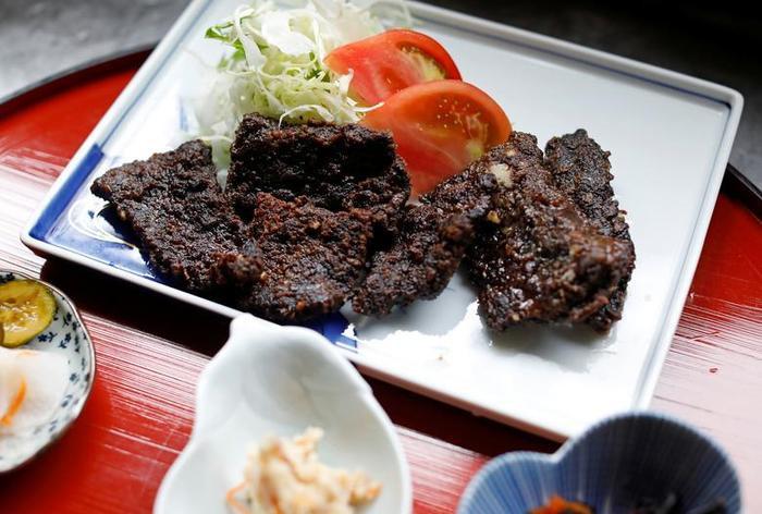 Đĩa thức ăn thịt cá voi nướng dưa chua đang được chuẩn bị để mang ra cho thực khách tại nhà hàng P-man ở thành phố Minamiboso, phía đông Tokyo, Nhật Bản.
