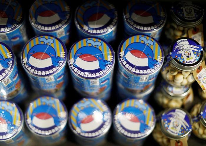Những hộp kẹo ngọt trang trí hình ảnh cá voi đẹp mắt được bán tại cửa hàng của bà Ichihara.