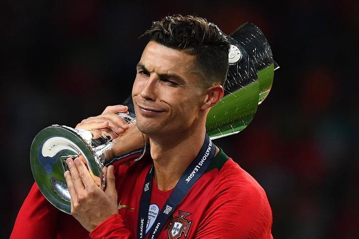 Ronaldo đã có 2 danh hiệu cùng ĐT Bồ Đào Nha còn Messi vẫn tay trắng.