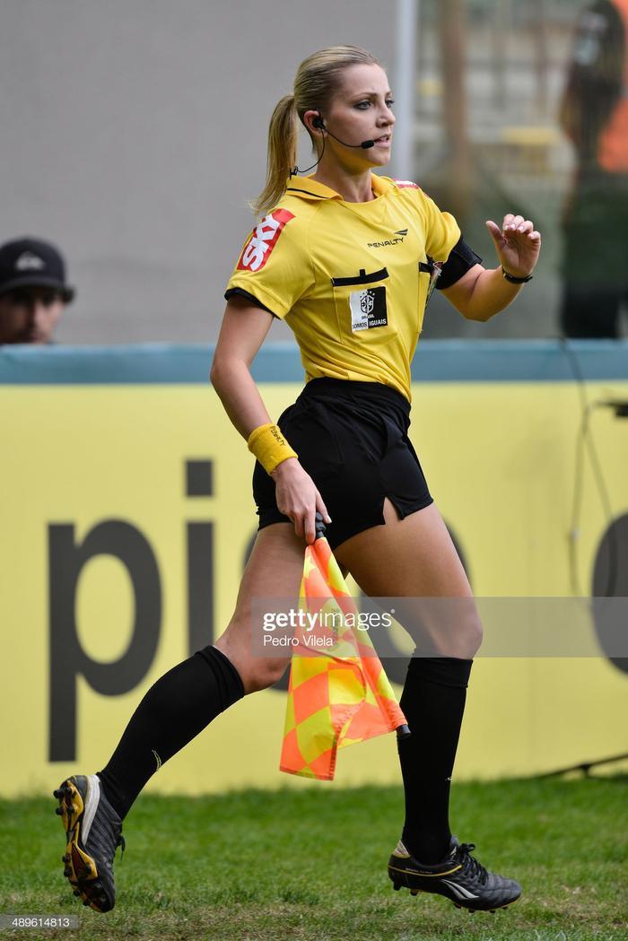"""Sự việc bắt nguồn kể từ lúc Colombo có màn """"giỡn chơi"""" với cầu thủ Kitu Díaz của Barcelona Sporting Club trong trận đấu thuộc giải Estrellas de Ecuador cuối tuần rồi.Nữ trọng tài sinh năm 1991 thổi còi ra dấu gọi tiền vệ 33 tuổi, và có hành động như chuẩn bị rút thẻ."""