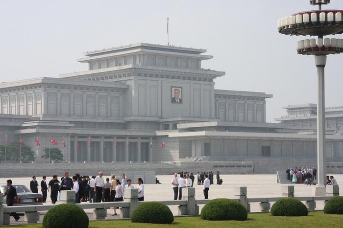 Bên trong Cung mặt trời Kumsusan, Triều Tiên:Cung mặt trời Kumsusan được làm toàn bằng đá trắng là công trình quan trọng bậc nhất tại thủ đô Bình Nhưỡng, đây là nơi quản di hài hai nhà lãnh đạo Triều Tiên là Kim Nhật Thành và Kim Jong-il, một công trình biểu tượng cả về quy mô và giá trị tinh thần. Khi đặt chân đến đây, nghi thức đầu tiên của mọi người (kể cả du khách) là cúi đầu chào trước di ảnh hai nhà lãnh đạo quá cố. Ngoài ra, việcchụp ảnh hoặc quay video, hút thuốc và nói chuyện đều bị cấm ở bất kỳ khu vực nào trong lăng.
