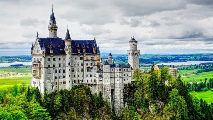 Bên trong lâu đài Neuschwanstein, Đức:Lâu đài Neuschwanstein ở Đức là một trong những lâu đài nổi tiếng nhất thế giới. Được xây dựng bởi đức vua Lugwig II, lâu đài tọa lạc trên một khối đá nằm trước dãy núi Allgau, tại Navaria, gần thị trấn Fussen, ở cuối con đường Romantic. Bạn có thể tham quan lâu đài Neuschwanstein bằng cách đi dọc theo đại sảnh chiêm ngưỡng những bức bích họa của những nghệ sĩ opera, tới ngai vàng của nhà vua, phòng ngủ và một số phòng khác. Tuy nhiên, việc chụp ảnh, quay video là không được phép.