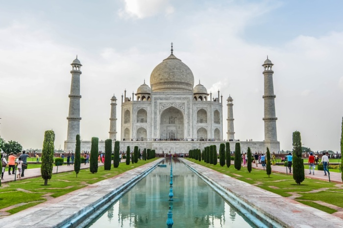Bên trong lăng Taj Mahal, Agra, Ấn Độ: Lăng Taj Mahal được Vua Mughal xây dựng tại Agra (Ấn Độ) vào thế kỷ 17 để tưởng nhớ đến người vợ quá cố của mình là hoàng hậu Taj Mahal – đây được xem là công trình biểu trưng cho cuộc hôn nhân giữa họ. Tuy nhiên, việc ghi lại hình ảnh bên trong lăng mộ bị coi là thiếu tôn trọng. Nơi này có quy định nghiêm ngặt về những chỗ bạn được phép chụp trong lăng, bảo vệ cũng sẽ kiểm tra xem bạn có lén phá luật hay không.