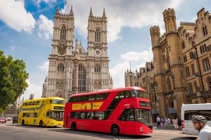 """Tu viện Westminster, London, Anh:Tu viện Westminster là minh chứng đẹp nhất về kiến trúc giáo hội nước Anh. Dù ẩn chứa bên trong một bề dày lịch sử ngoạn mục như thế nhưng đây là địa điểm bạn tuyệt đối không được phép chụp ảnh. """"Chúng tôi muốn bạn ngắm trọn vẹn vẻ đẹp độc đáo và lịch sử của tu viện mà không có sự cản trở hay làm phiền của những nhiếp ảnh gia nghiệp dư nào"""", quy định của Tu việnWestminster."""