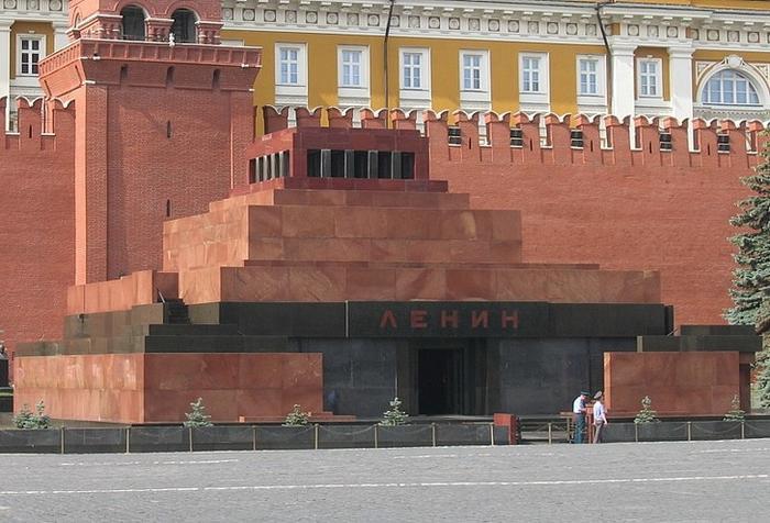 Lăng Lenin,Moskva, Nga: Lăng Lê nin là một công trình kiến trúc lịch sử vĩ đại của Nga. Đây là nơi bảo quản và lưu trữ thi hài của Vladimir Lenin, vị lãnh tụ vĩ đại của Liên Xô. Khi tới thăm Lăng Lê nin, đầu tiên bạn phải để lại túi xách và máy ảnh ở bên ngoài tủ giữ đồ. Sau khi gửi đồ xong, bạn mới có thể tiến hành viếng lăng. Do dòng người thường di chuyển rất nhanh chóng, nên bạn chỉ được phép nán lại bên trong lăng một vài phút.
