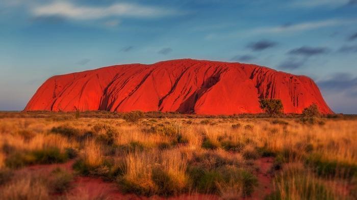 Vườn quốc gia Uluru-Kata Tjuta, Úc:Vườn quốc gia Uluru-Kata Tjuta là một trong những địa danh nổi tiếng nhất Australia. Uluru – Kata Tjuta nằm sâu trong sa mạc Red Centre – một địa chỉ rất linh thiêng của thổ dân Australia và được coi là nơi hình thành nền văn hóa phong phú, sinh động trải dài ít nhất 50.000 năm của thổ dân nước này.Những người Anangu nổi tiếng với việc giấu kínvề tập quán của mình, thế nên, những vị khách đến với nơi này, dù đều rất được chào đón, song không thể chụp một bức hình hay đoạn phim nào về Kata Tjuta.
