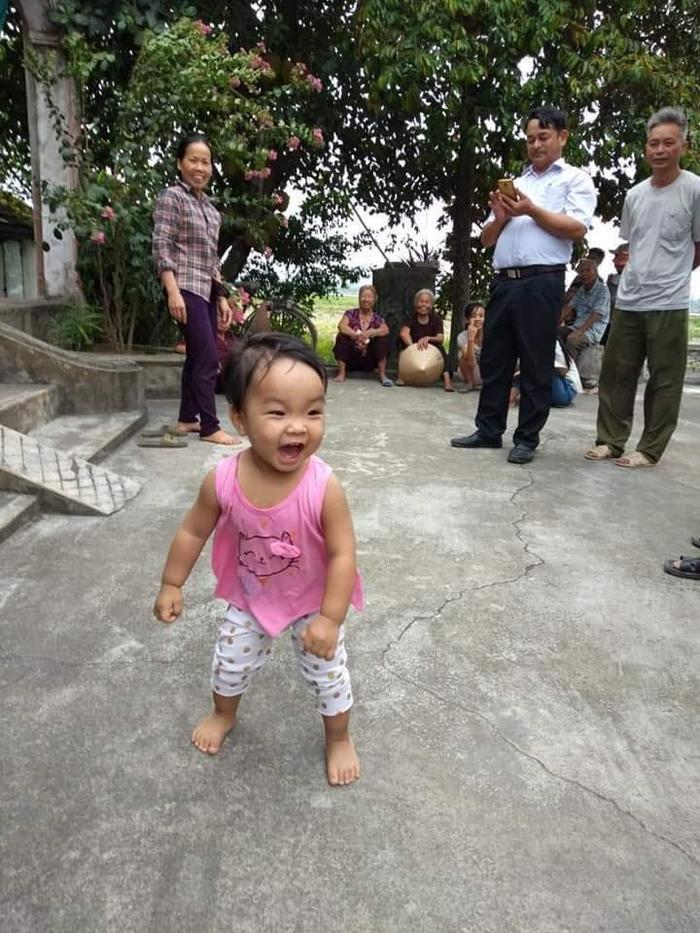 Hình ảnh cháu bé vô tư vui chơi sau khi bị mẹ bỏ rơi.
