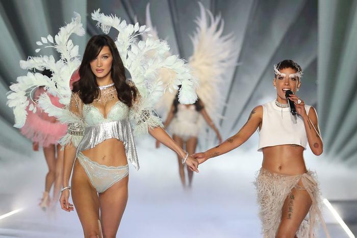 Bị dàn thiên thần quay lưng, rating tụt giảm nghiêm trọng, hồi tàn của Victoria's Secret đã điểm? ảnh 2