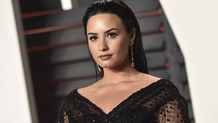 Demi cũng chỉ là con gái thôi, buồn là khóc còn drama thì vẫn phải… hóng.