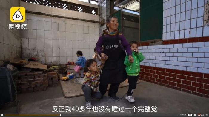 BàKong Zhenlan tận tâm chăm sóc những đứa trẻ mồ côi như con mình.