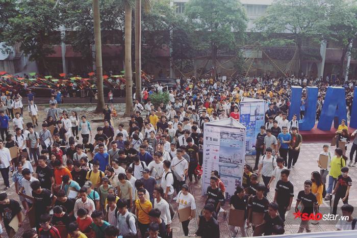 Sáng nay, 4/7, hàng nghìn thí sinh dự thi vào trường Đại học Kiến trúc Hà Nội đã bước vào bài dự thi Năng khiếu trong thời gian 240 phút.