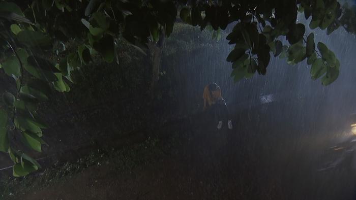 Những giọt nước mắt này, cơn mưa này sẽ là sự yếu đuối cuối cùng mà Ánh Dương dành cho mối tình đơn phương của mình.