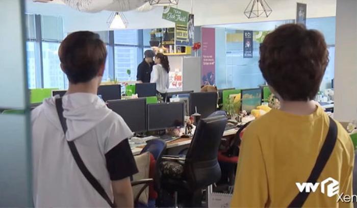 Cảnh Dương và Bảo nhìn thấy Quốc và Huệ hôn nhau trong clip giới thiệu phim của VTV.