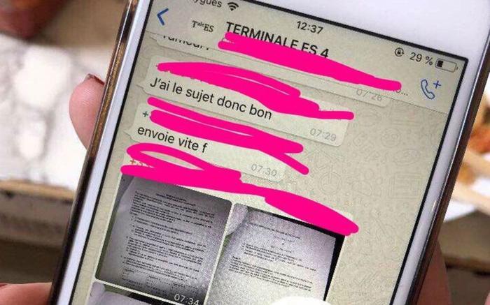 Đề thi toán bị rò rỉ qua tin nhắn điện thoại. Ảnh: TTXVN.