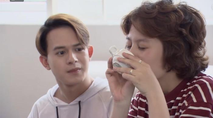 Tìm dấu môi của crush trên chén rồi uống để được hôn gián tiếp, hành động của Dương khiến Bảo kinh ngạc.