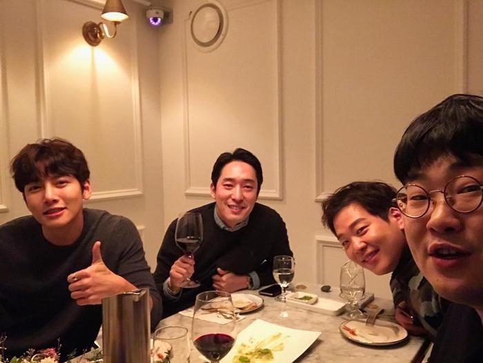 Wook cũng hay ra ngoài cùng bạn bè.(Nguồn: Instagram JiChangWook)