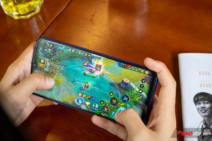 Màn hình kích thước lớn giúp thao tác ngón tay được rộng rãi hơn, nhìn bản đồ cũng dễ dàng. Tất cả giúp trải nghiệm chơi Liên Quân Mobile trên Realme 3 Pro trở nên trọn vẹn