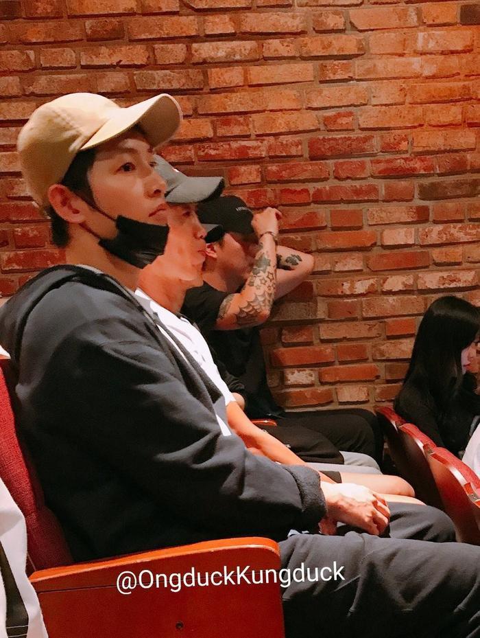 Ngồi bên cạnh Song Joong Ki là diễn viên Jin Sun Kyu.
