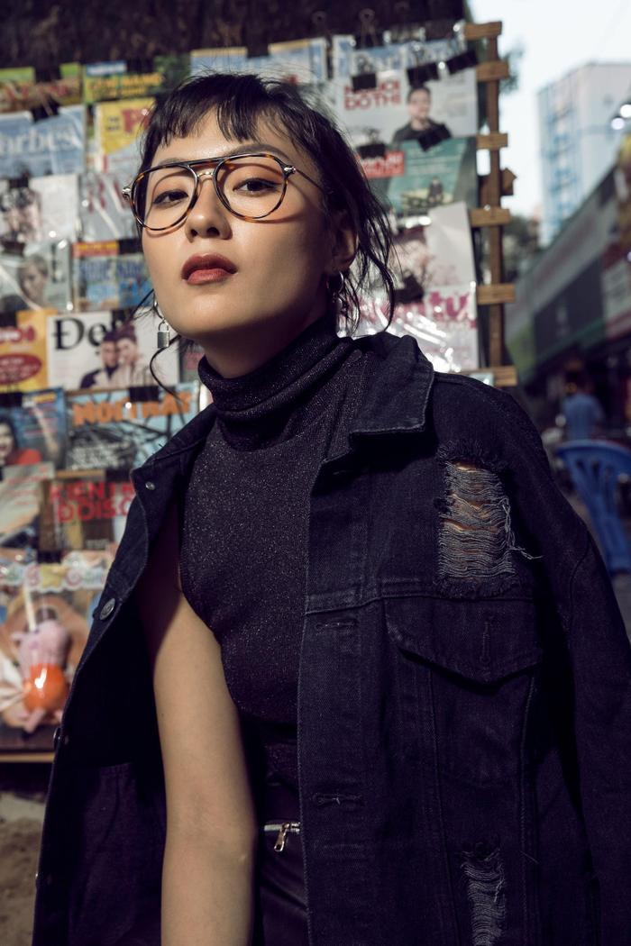 Cùng một dáng kính aviator, Thu Anh dễ dàng biến hóa từ phong cách geek chic tinh nghịch và nổi loạn đến cosmopolitan khỏe khoắn và phóng khoáng giữa đường phố hối hả.