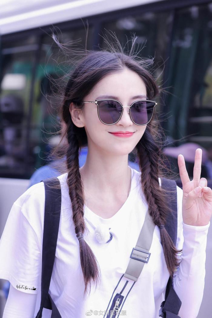 Angela Baby tự tin biến hóa phong cách của mình với chiếc kính mát Molsion viền vàng kim, từ vẻ ngây thơ, trong sáng như học sinh trung học ….