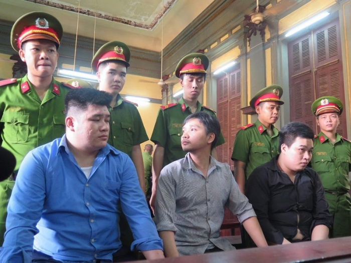 Bị cáo Tài (áo xanh) cùng các đồng phạm. Ảnh: PLO