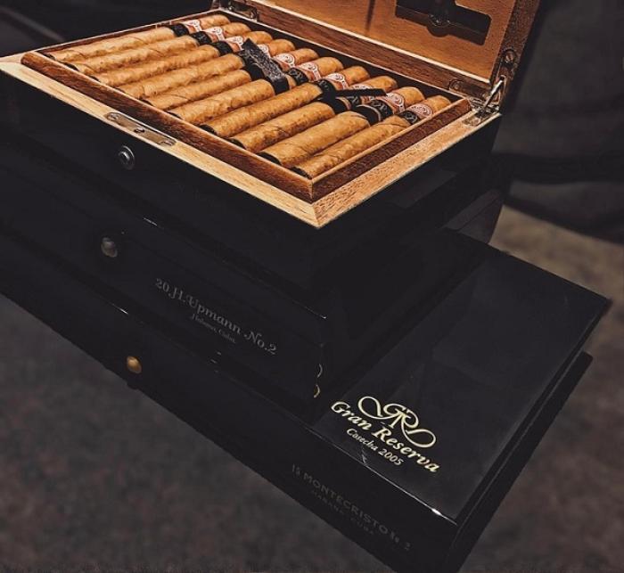 Ngoài ra anh chàng cũng có thú vui hút xì gà, giá mỗi hộp cũng phải hơn 40 triệu đồng.