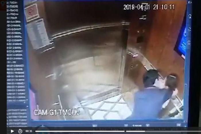 Hình ảnh ghi lại cảnh Nguyễn Hữu Linh có hành động sàm sỡ bé gái trong thang máy. Ảnh cắt từ clip.