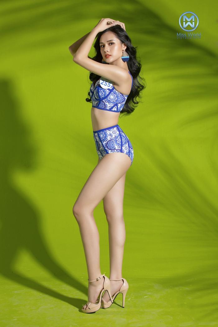 Bộ trang phục bikini màu xanh tươi mát kết hợp cùng những nụ cười rực rỡ tràn đầy năng lượng, hay phong cách tạo dáng cực kì thần thái của dàn người đẹp.