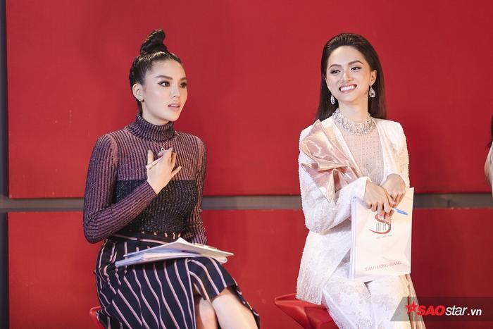 Siêu mẫu Việt Nam 2018 có 2 đội là đội HLV Hương Giang và đội HLV Kỳ Duyên.