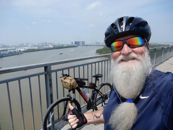 Ông Paul cùng chiếc xe đạp của mình rong ruổi khắp Sài Gòn để tìm đến những thứ ông muốn đến. Ảnh: NVCC.