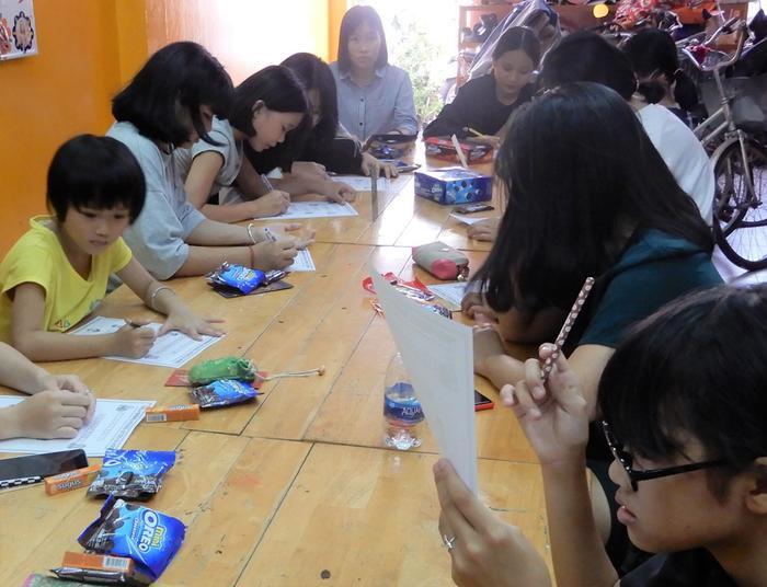 Lớp học đặc biệt không mất phí, mà còn được nhận quà bánh.
