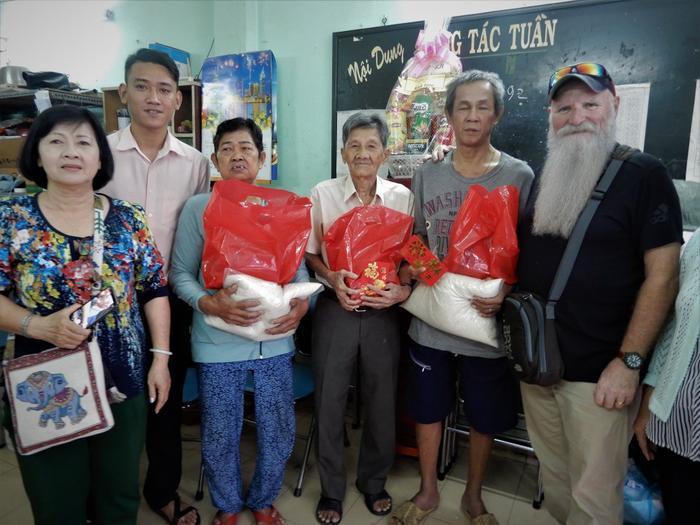 Bác Paul cùng chính quyền phường, xã tặng quà cho người tàn tật, người cao tuổi và người có hoàn cảnh khó khăn trong địa phương.