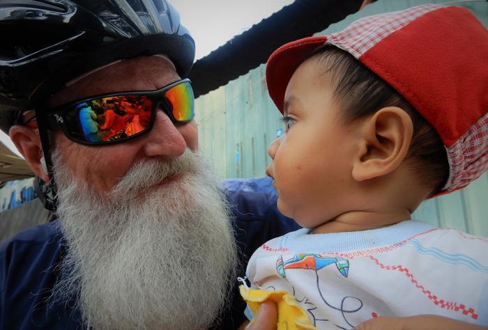 Ông Paul rất thích chơi đùa với trẻ em. Những lúc như vậy, ông như hóa thân của Ông già Noel bước ra từ những câu chuyện cổ tích.