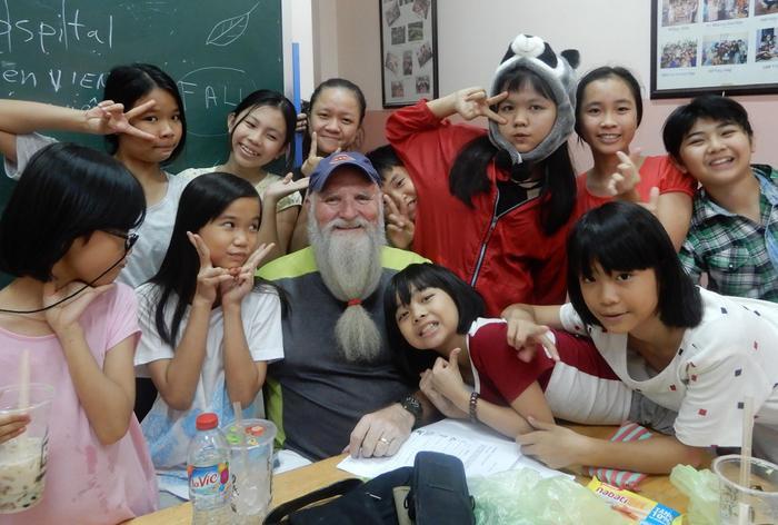Bác Paul cùng các cô bé tại một mái ấm ở Quận 10 trong giờ học tiếng Anh.