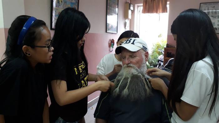 """Thầy Paul """"chịu trận"""" để các học trò của mình thắt bính bộ râu."""