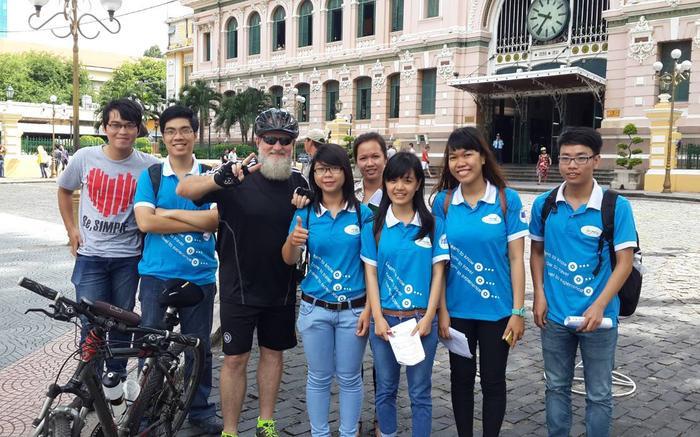 Ông Paul mỗi ngày đạp xe khắp Sài Gòn để gặp gỡ và trò chuyện với người Việt Nam.
