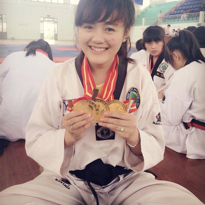 Trái với vẻ bề ngoài mỏng manh, nữ sinh đến từ Di Linh, Lâm Đồng đã theo học võ Taekwondo từ nhỏ, và đang tập luyện thêm võ Vovinam.