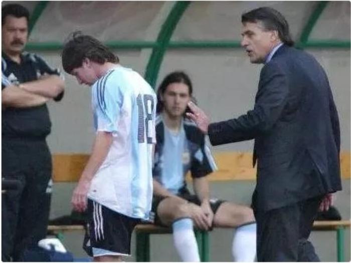 """Đó thực sự là cú sốc đối với một tài năng chỉ mới 18 tuổi. Có vẻ như tấm thẻ đỏ vào sự kiện trọng đại đó đã dự báo trước sự nghiệp đầy chua cay của Lionel Messi trong màu áo đội tuyển Argentina. Và quả thực đúng như vậy. """"Albiceleste"""" trong triều đại của El Pulga 4 lần gục ngã trước ngưỡng cửa thiên đường (3 trận chung kết Copa America 2007, 2015, 2016, 1 trận chung kết World Cup 2014)."""