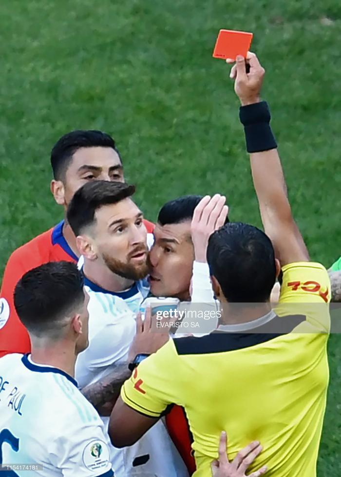 Vậy là sau 14 năm, Messi mới phải nhận thẻ đỏ thứ 2 trong sự nghiệp. Lần đầu tiên bị truất quyền thi đấu của anh là trong trận ra mắt ĐT Argentina.