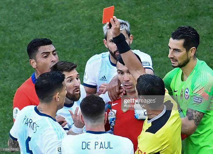 Phút 37 trận tranh hạng ba Copa America 2019 giữa Argentina và Chile, Lionel Messi phải nhận thẻ đỏ trực tiếp sân sau một pha va chạm với đội trưởng đối thủ là Gary Medel.
