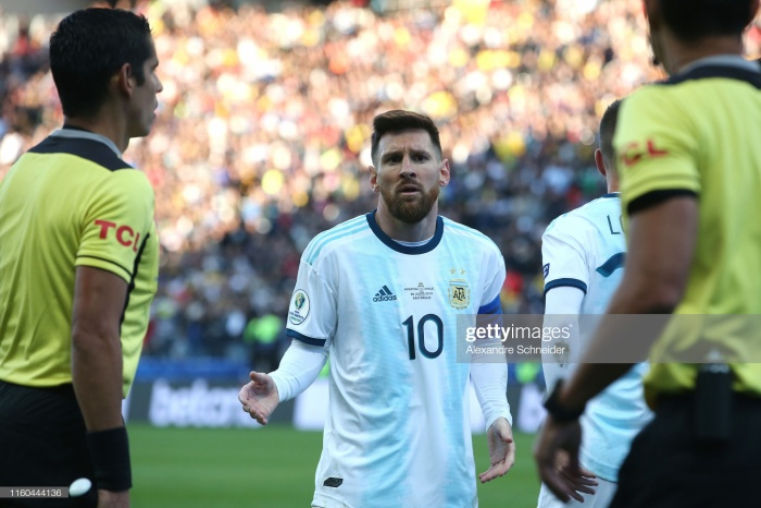 Những tưởng là tình huống sẽ kết thúc với lời nhắc nhở hay tệ nhất tấm thẻ vàng cho Medel. Bởi thực tế thì cả Messi và Meldel đều không có hành động gì vượt quá giới hạn.