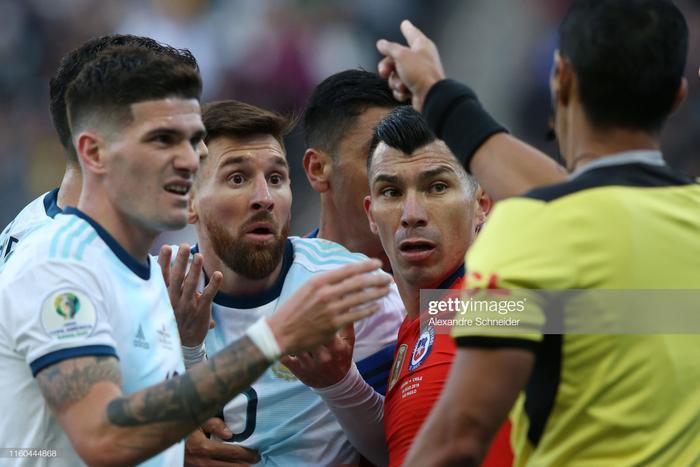 Không tin vào mắt mình, gương mặt của Messi hiện rõ sự bàng hoàng, thẫn thờ khi chứng kiến lần thứ 2 trong sự nghiệp, anh bị truất quyền thi đấu đầy oan ức.